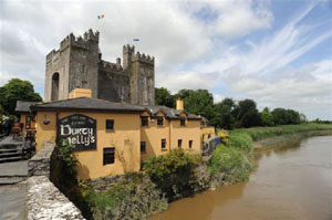 Durty Nelly's pub in front of Bunratty Castle